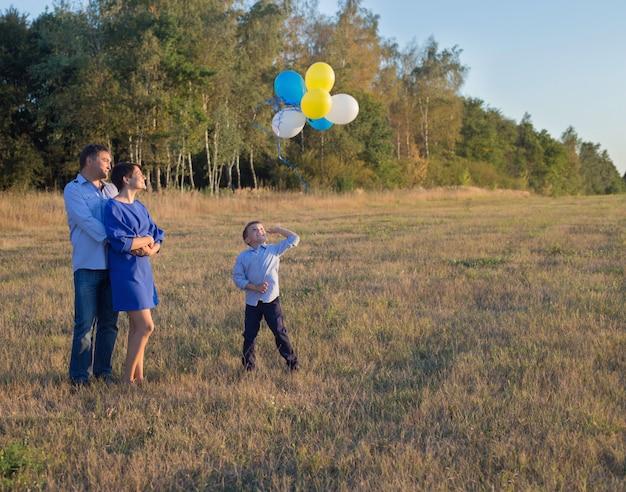屋外の風船で幸せな家族