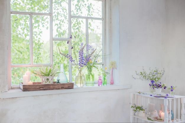 花と白いビンテージインテリア