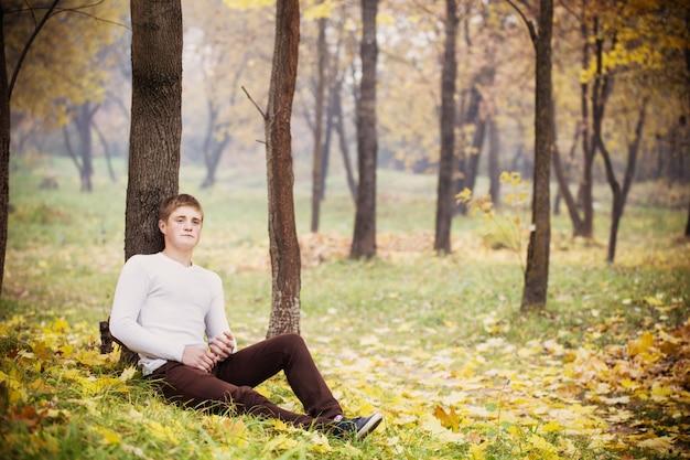 Молодые люди в осеннем парке