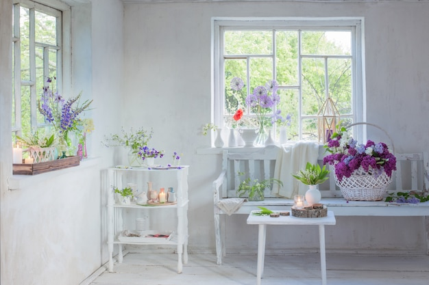 花と白いヴィンテージインテリア