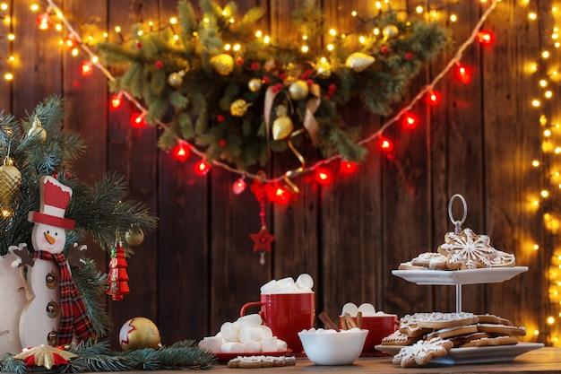 Рождественское печенье на деревянный стол на кухне