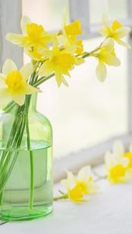 Весенние цветы на подоконнике