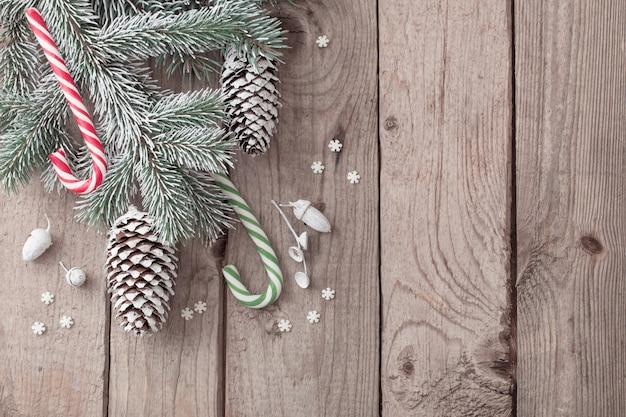 Рождественская зеленая ветвь и подарки на деревянном фоне