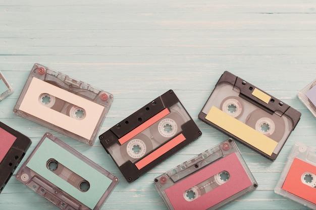 木製の背景に古いプラスチックカセット。レトロな音楽のコンセプト