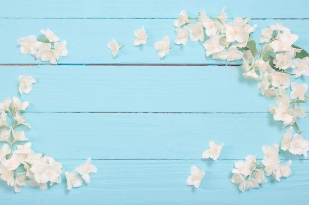 Белые цветы на деревянном фоне