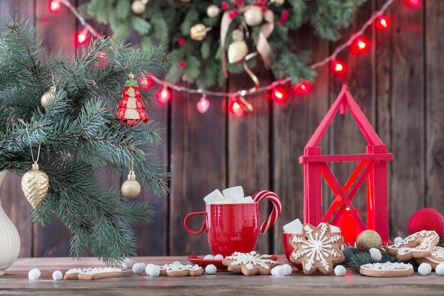 Рождественское печенье на деревянном столе на кухне