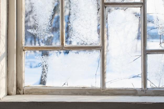 冬の霜で古い木製の窓