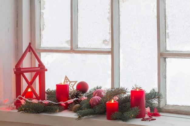 古い木製の窓のクリスマスの装飾