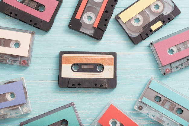 木製の古いプラスチックカセット。レトロな音楽のコンセプト