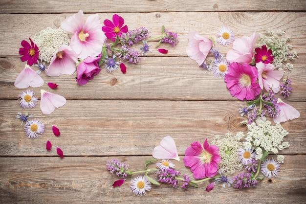 Летние цветы на старых деревянных