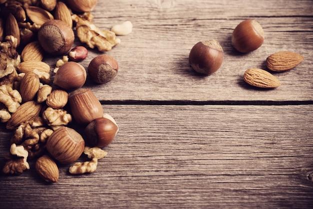 Смешанные орехи на старых деревянных фоне