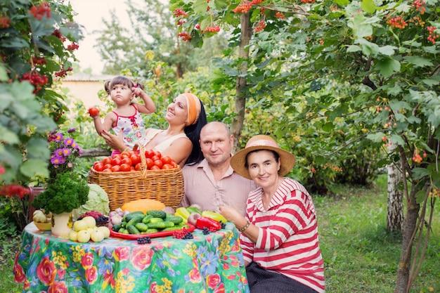 庭で幸せな家族
