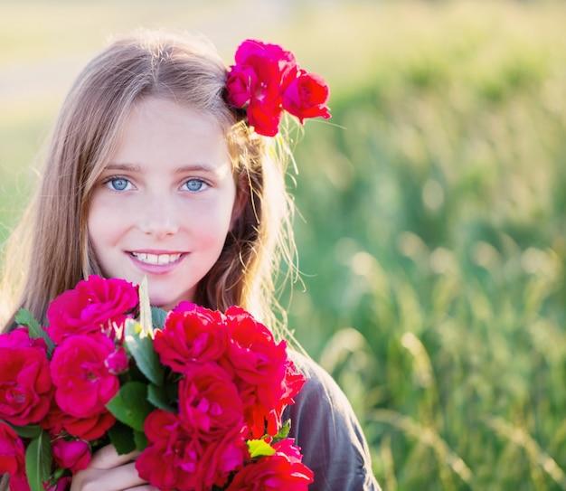 赤いバラの美しい少女の肖像画