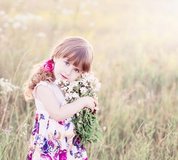 白い花束を持つ美しい女の子