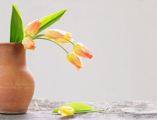 木製のテーブルに美しいチューリップの花束