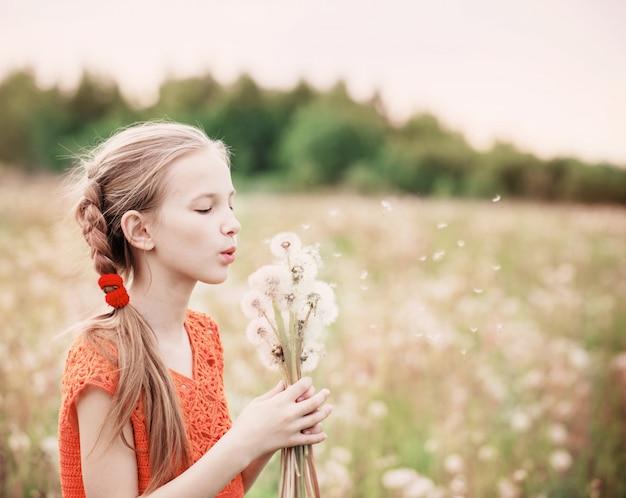 タンポポで美しい少女
