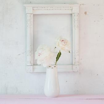 白い背景の上の花瓶の牡丹