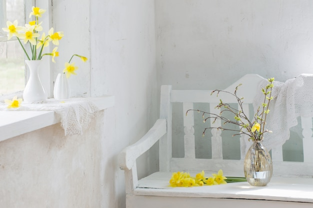 白のビンテージインテリアの美しい春の花