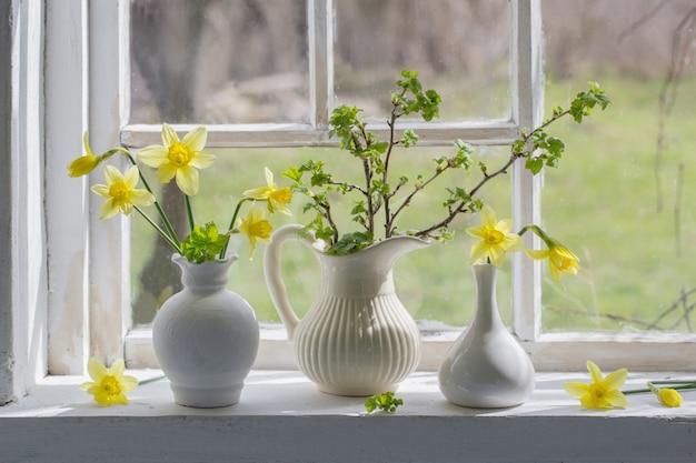 窓辺に美しい春の花