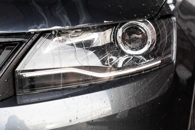 車両洗浄ステーションの車のライトの水滴と泡。クリーニング自動車コンセプト、地下水汚染。
