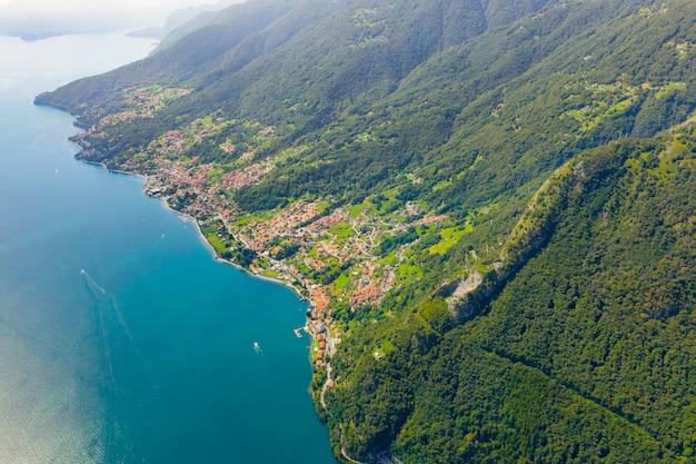 コモ湖空撮。旅行はがきコンセプト。多くの村があるコモ湖の海岸線。