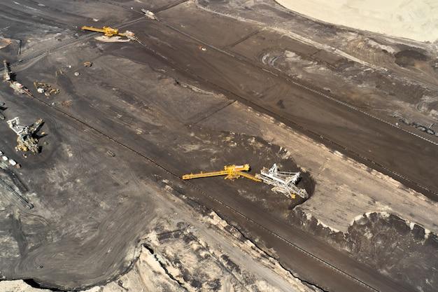 石炭を採掘する重いバケットホイールショベルで採石場の空中撮影