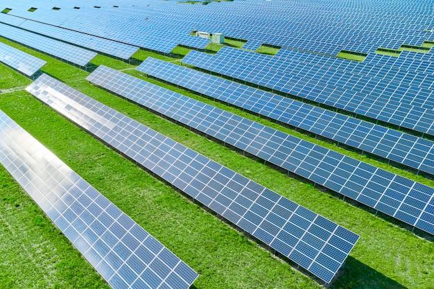 緑の再生可能エネルギーを生産するソーラーパネル