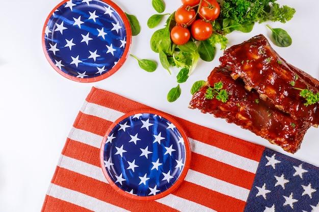 Праздничный стол с татер-барбекю для ребенка с ребрами на день независимости.