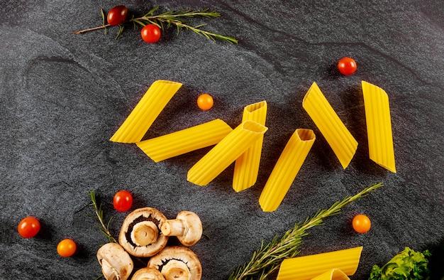 Органическая паста маникотти с грибами и помидорами черри.