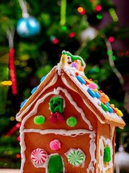 ペパーミントキャンディーとクリスマスツリーのジンジャーブレッドハウス