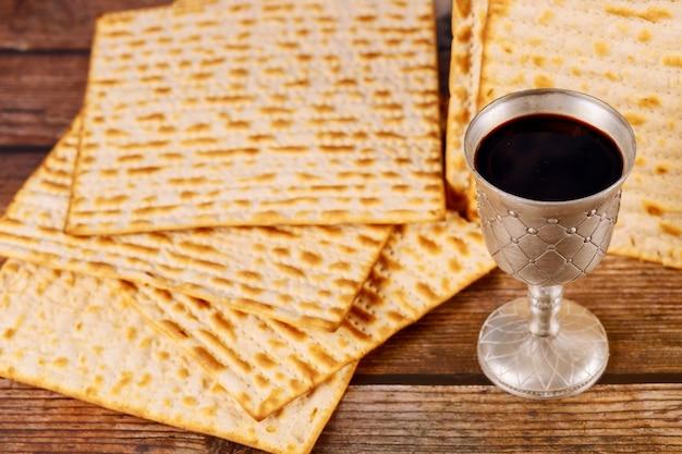 マツァとワインがいっぱい入った銀のコップ。ユダヤ教の祝日のコンセプトです。