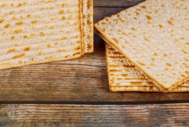 木製の背景にユダヤ人のマツァーパン。過越祭の休日のコンセプト