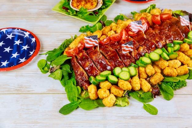 Партия стол с едой и тарелкой. концепция американского праздника.