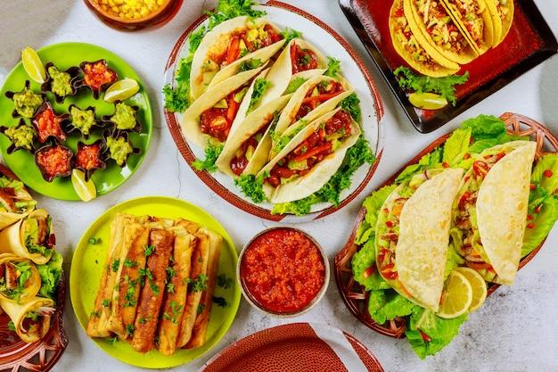 トウモロコシのトルティーヤ、タコスの殻のパーティーテーブル。メキシコ料理。