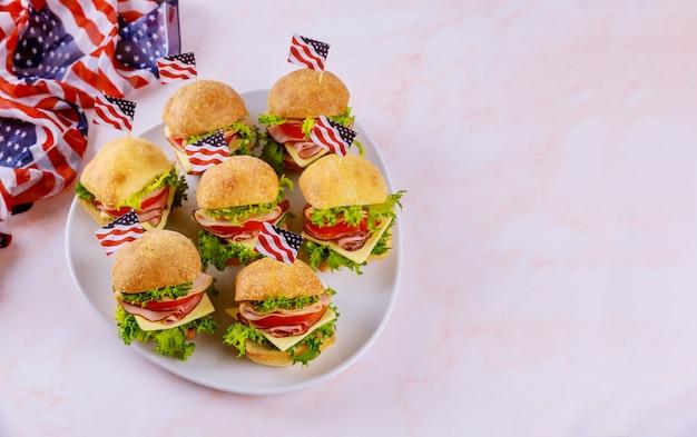 Американский праздник закуска на белом фоне с флагом.