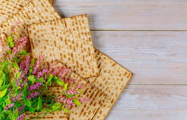 花とマツァーパンの背景。ユダヤ人の過越祭の休日のコンセプトです。