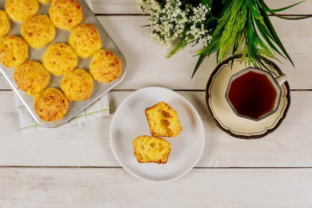 白い木のお茶とブラジルのチーズのパン。