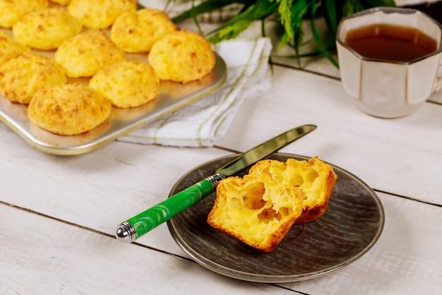 ブラジルチーズのパンをナイフで皿に切ります。