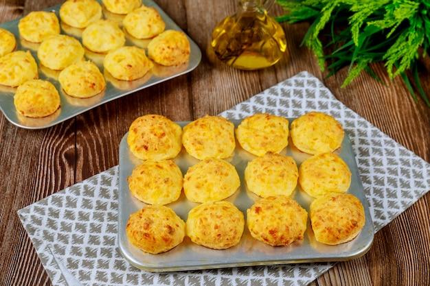ベーキングトレイにチッパーと呼ばれる焼きたてのチーズのパン。