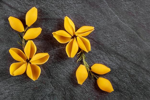 Сухие раковины макарон как цветок