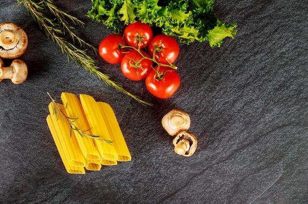 Органическая паста маникотти с грибами и помидорами