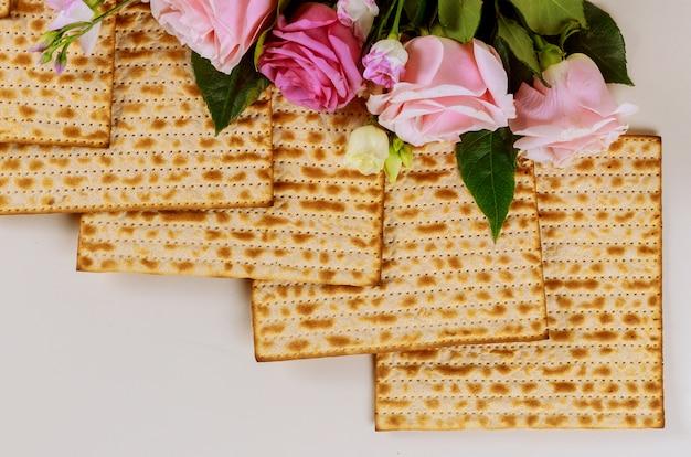 Маца хлеб с розами еврейской пасхи праздник концепции.