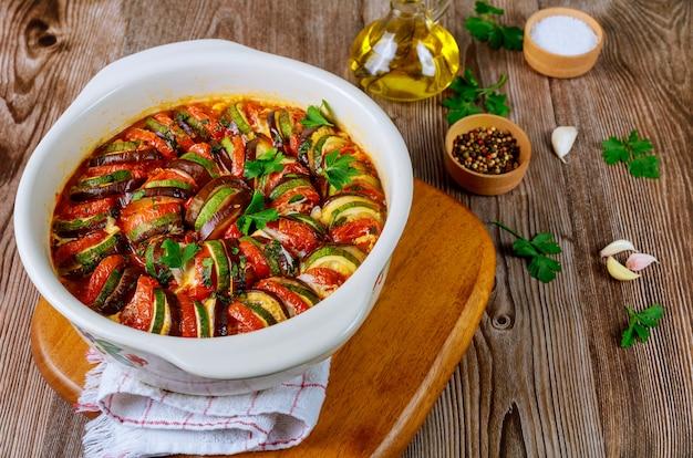 白いオーブン鍋にモッツァレラチーズと野菜のラタトゥイユを調理