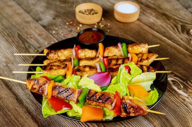 Куриный шашлык на деревянной шпажке с салатом и соусом