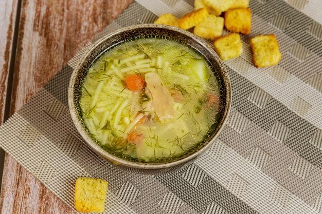 健康的な自家製チキンヌードルスープ