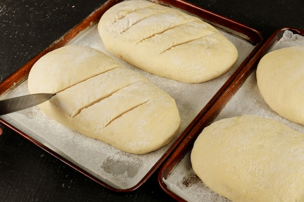 Домашний сырой хлеб на стойке готов для выпечки