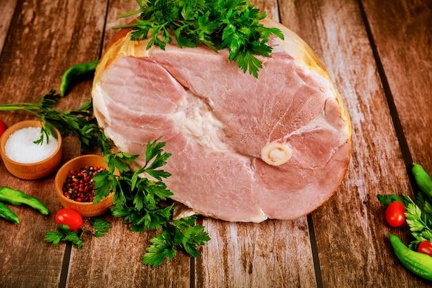 Цельная свиная ветчина со свежей петрушкой, острым перцем и солью