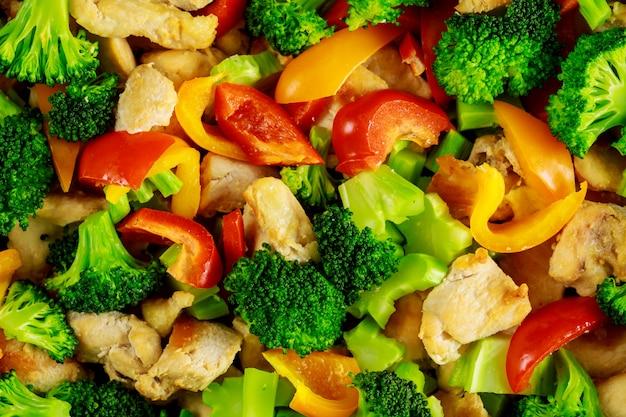 Салат из свежих овощей с болгарским перцем и курицей