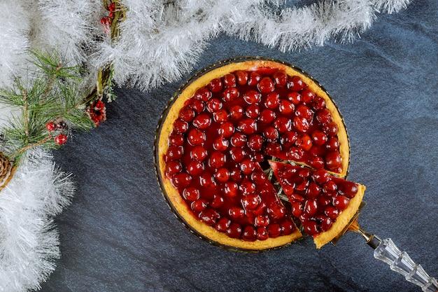 クリスマスデコレーションが施されたチェリーゼリーの上にチェリーチーズケーキ。