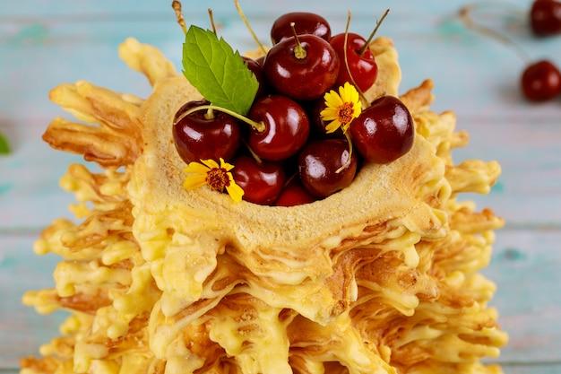 甘いチェリーとリトアニアのサコティスケーキ。